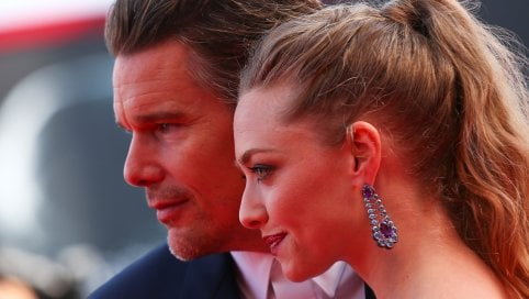 Ethan Hawke e Amanda Seyfried, un thriller sul red carpet, la coppia è affiatatissima